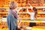 Vendeuse dans une boulangerie